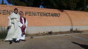 Fray Álvaro Sicán, a la izquierda, sacerdote mercedario capellán del Centro Penitenciario de Zuera, Zaragoza.