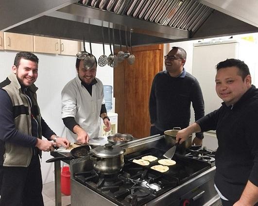 Preparar los alimentos es parte del día a día de la convivencia de los novicios provenientes de cinco países.