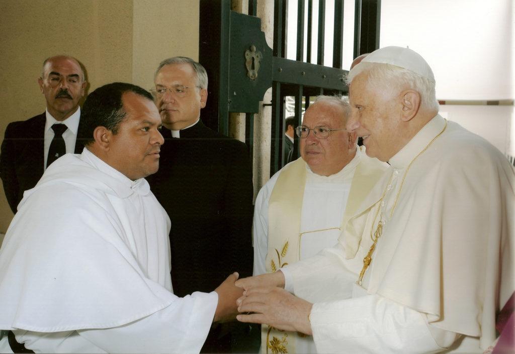 En muchas de sus labores en Roma, Fray Juan Carlos Saavedra ha compartido con los Papas, en este caso con el Papa emérito Benedicto XVI.