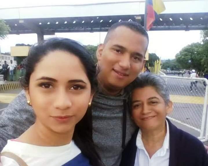 Fray Andrés Jaimes Carrillo en la frontera entre Colombia y Venezuela, junto a su hermana y su madre.
