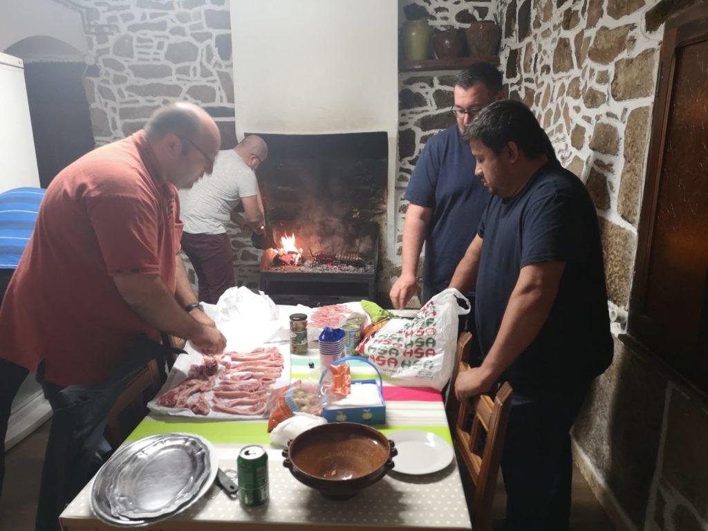 Los sacerdotes compartieron en momentos especiales como la comida.