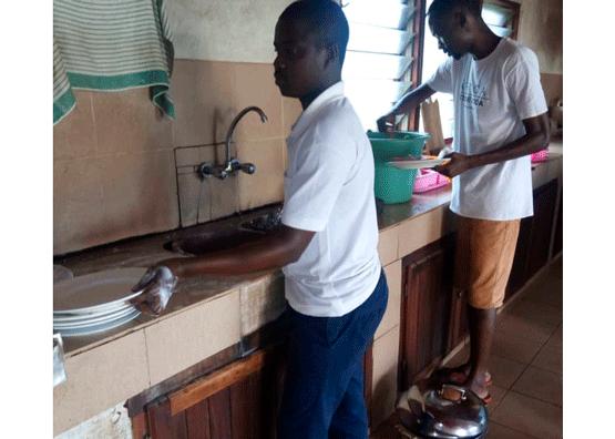 También se distribuyen las tareas de la casa.
