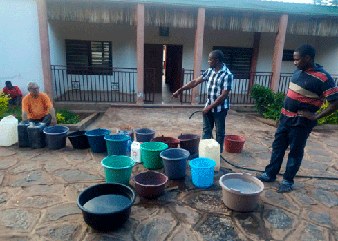 Religiosos recogiendo agua para el Postulantado Mercedario en ÁFrica.