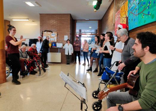 Jóvenes del coro compartiendo con otras personas.