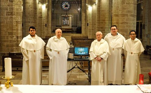 Religiosos del Estudiantado Mercedario en España tras la celebración de la Eucaristía que transmiten por Youtube todos los días.