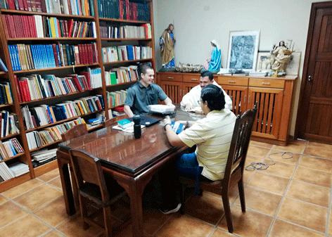 Los aspirantes en formación con Fray Yvan Echeverría Guillén.