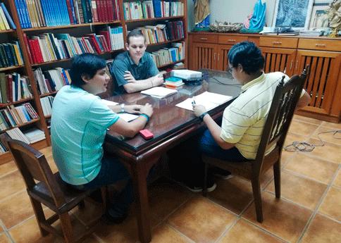 Fray Jonathan Vásquez Madrid reunido con los jóvenes del Aspirantado Mercedario en Panamá.