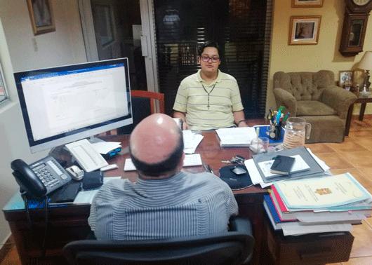 Joven aspirante reunido con Fray Javier Mañas García.