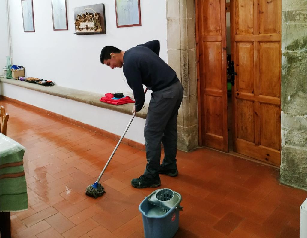 La limpieza también forma parte del día a día de los novicios.