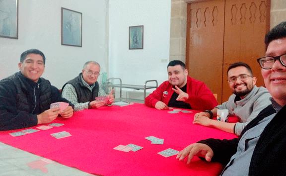Además de estudiar, también hay tiempo para jugar cartas en el Noviciado Mercedario en España.