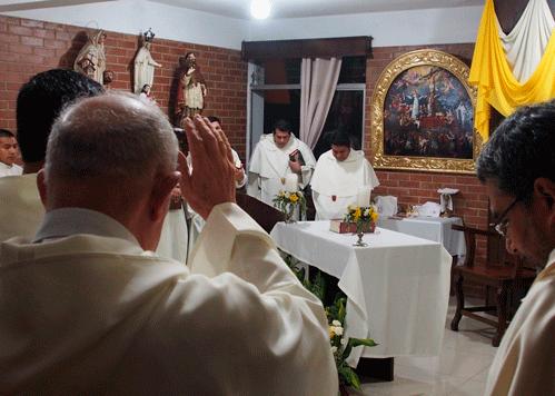 Fray José Zaoorta celebrando la eucaristía junto a los religiosos del Seminario San Pedro Nolaco, de Guatemala.